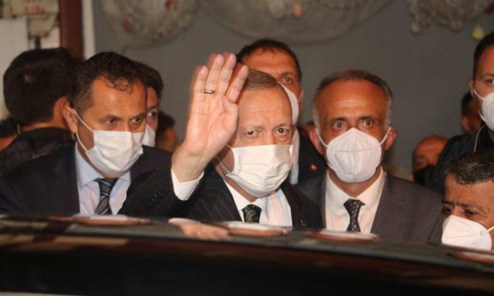 Cumhurbaşkanı Erdoğan, AK Parti Güneysu İlçe Başkanlığını ziyaret etti