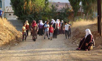 Muş'ta tozlu yol çilesi bitmek bilmeyen mahalleli belediyeye öfkeli