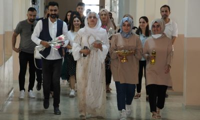 Şırnak'a atanan öğretmenler yöresel kıyafet ve çiçekle karşılandı