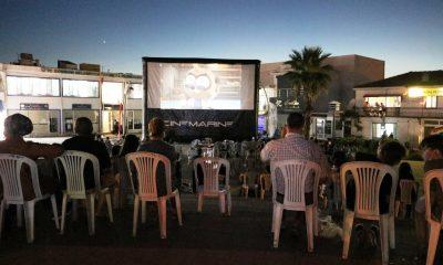 Yanan köyün meydanında çocuklar için sinema kuruldu