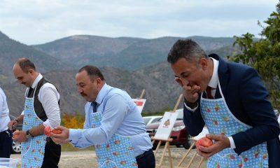 Belediye başkanları 'Nar yeme' ve 'Nar suyu sıkma' yarışmasında kıyasıya yarıştı